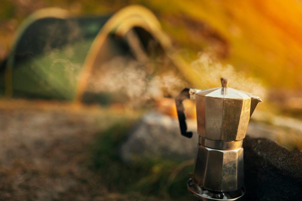Espressokocher kocht auf Campingplatz