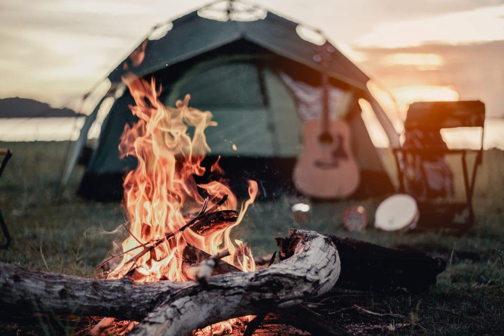 Lagerfeuer vor Zelt beim Camping