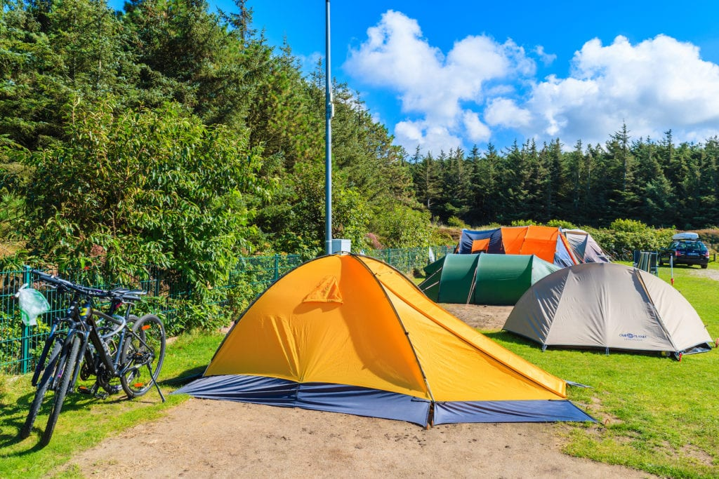 Zelte auf der Grünfläche des Campingplatzes auf der schönen Insel Sylt, Deutschland.