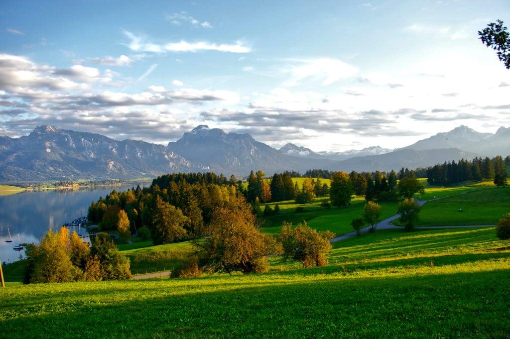 Grüne Landschaft am Forggensee in Füssen
