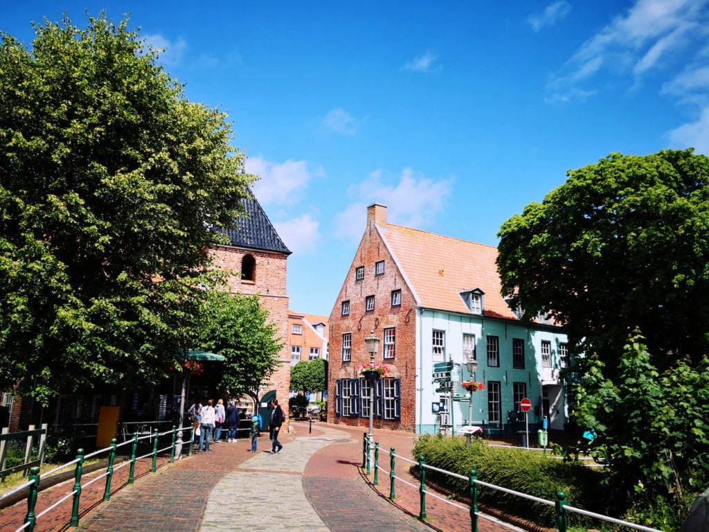 Brücke und Häuserfassaden in Greetsiel, einer der Secret Places in Deutschland