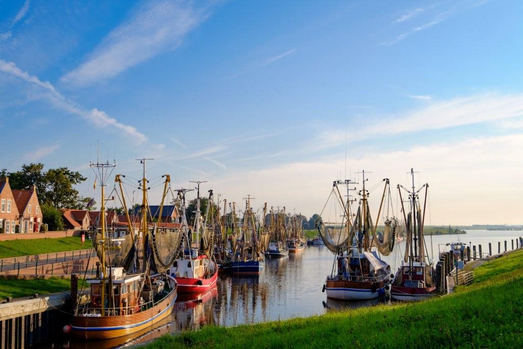 Boote im Hafen von Greetsiel im Norden von Deutschland