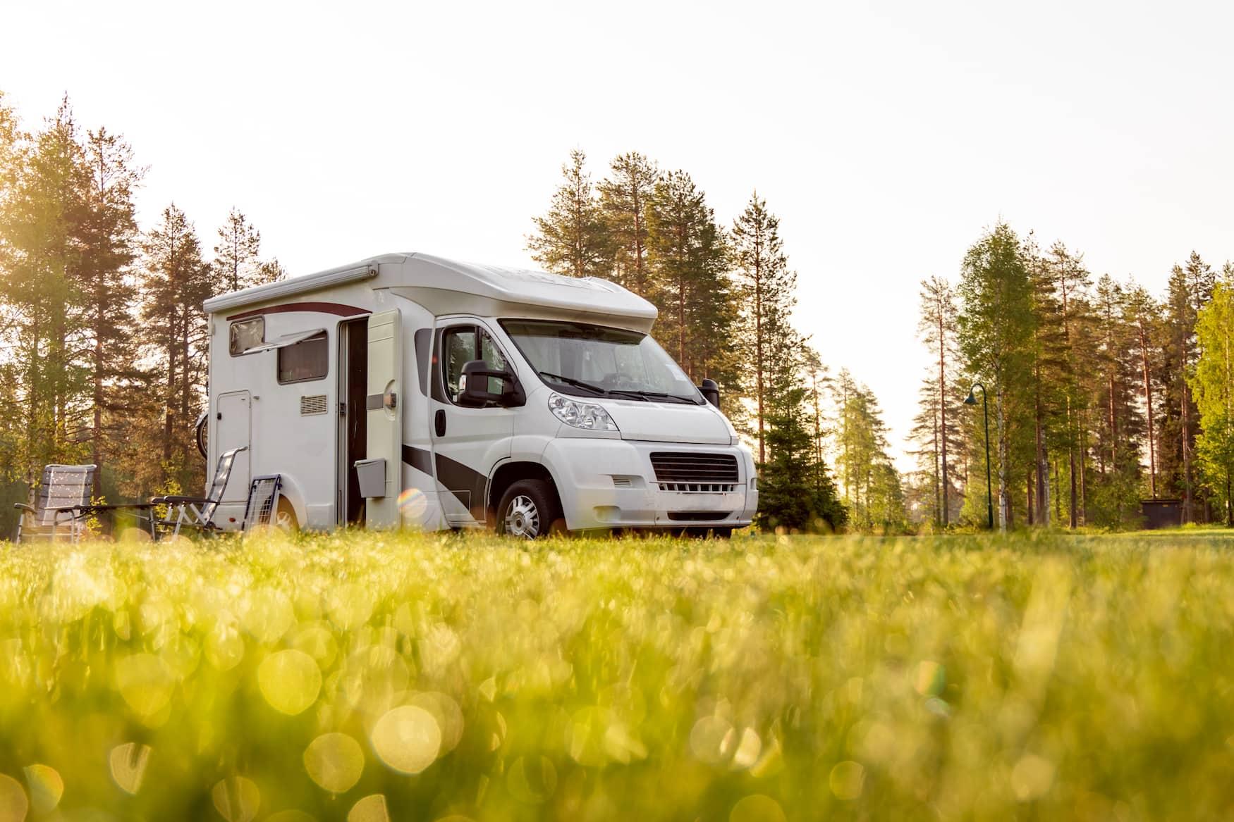Wohnmobil auf einem Campingplatz in Deutschland