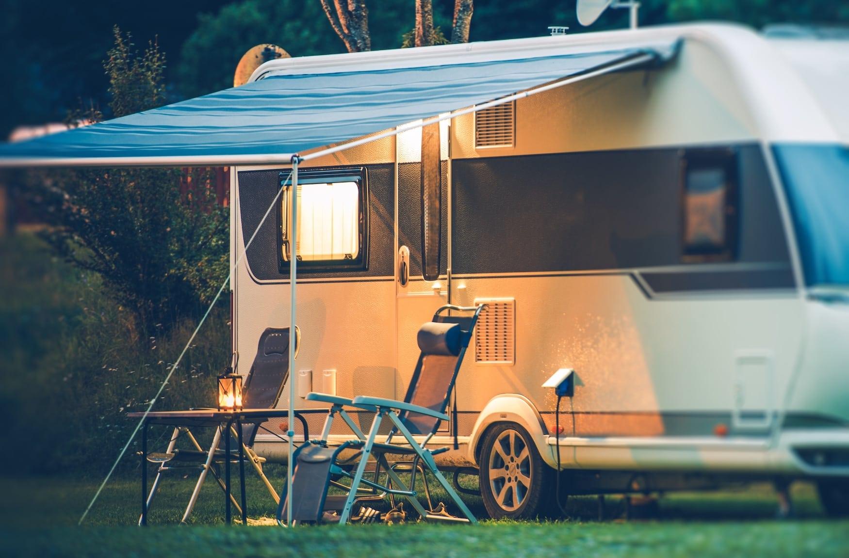 Wohnwagen mit Außenbeleuchtung auf Campingplatz in Köln