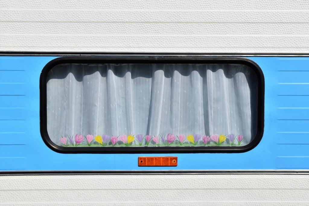 Wohnwagenfenster auf einem Campingplatz in Deutschland