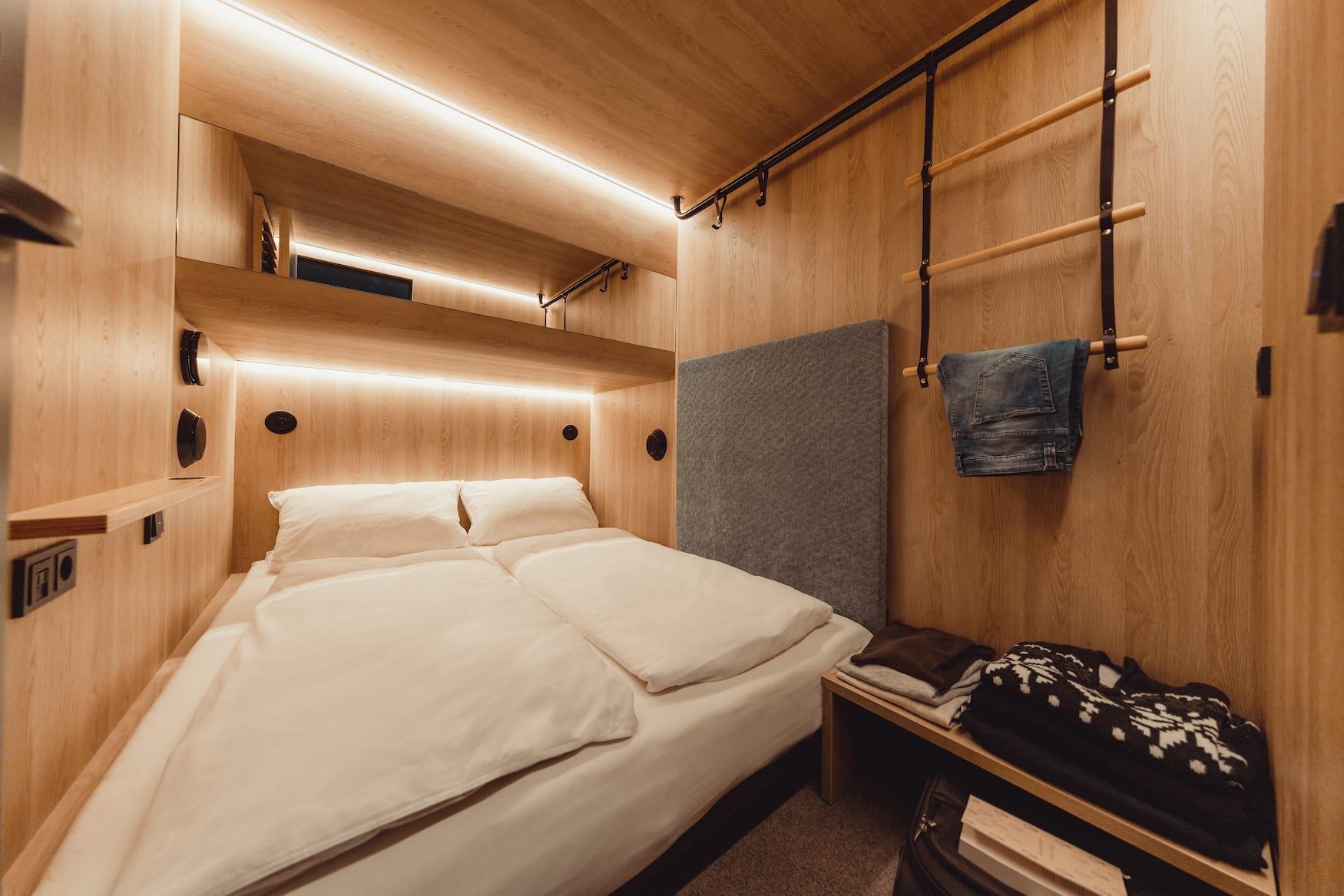 Schlafkabine im ersten Cabin Hotel Deutschlands