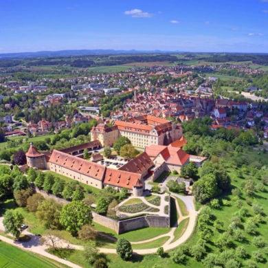 Blick auf das Schloss Ellwangen an einem sonnigen Tag aus der Vogelperspektive