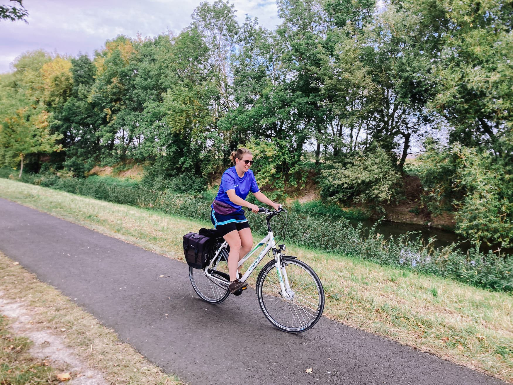 Redakteurin Marie fährt auf Radweg in Thüringen