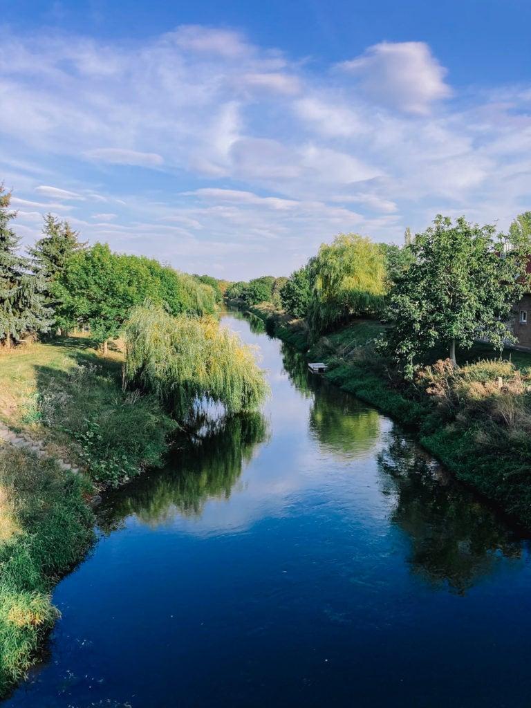 Stille Unstrut mit grünen Bäumen am Ufer