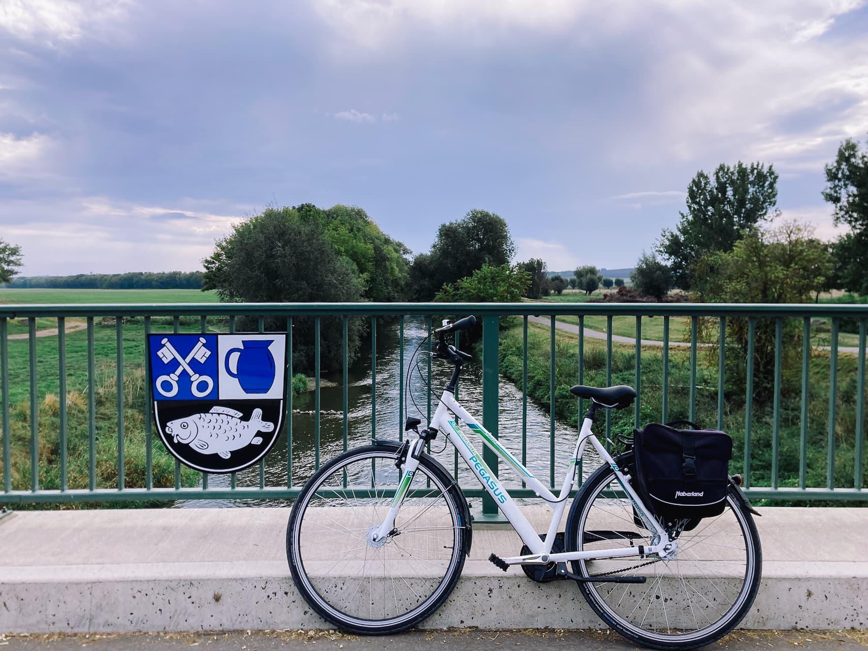 Fahrrad lehnt an Brückengeländer