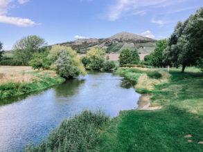 Unstrut fließt durch grüne Landschaft bei Freyburg