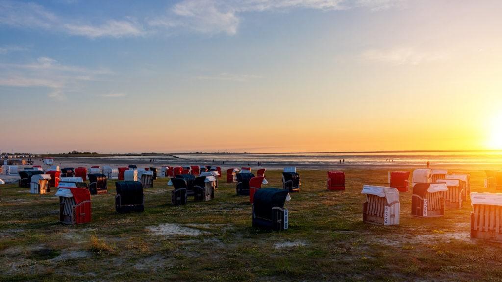 Sonnenuntergang am Strand von Bensersiel während einem Urlaub in Ostfriesland