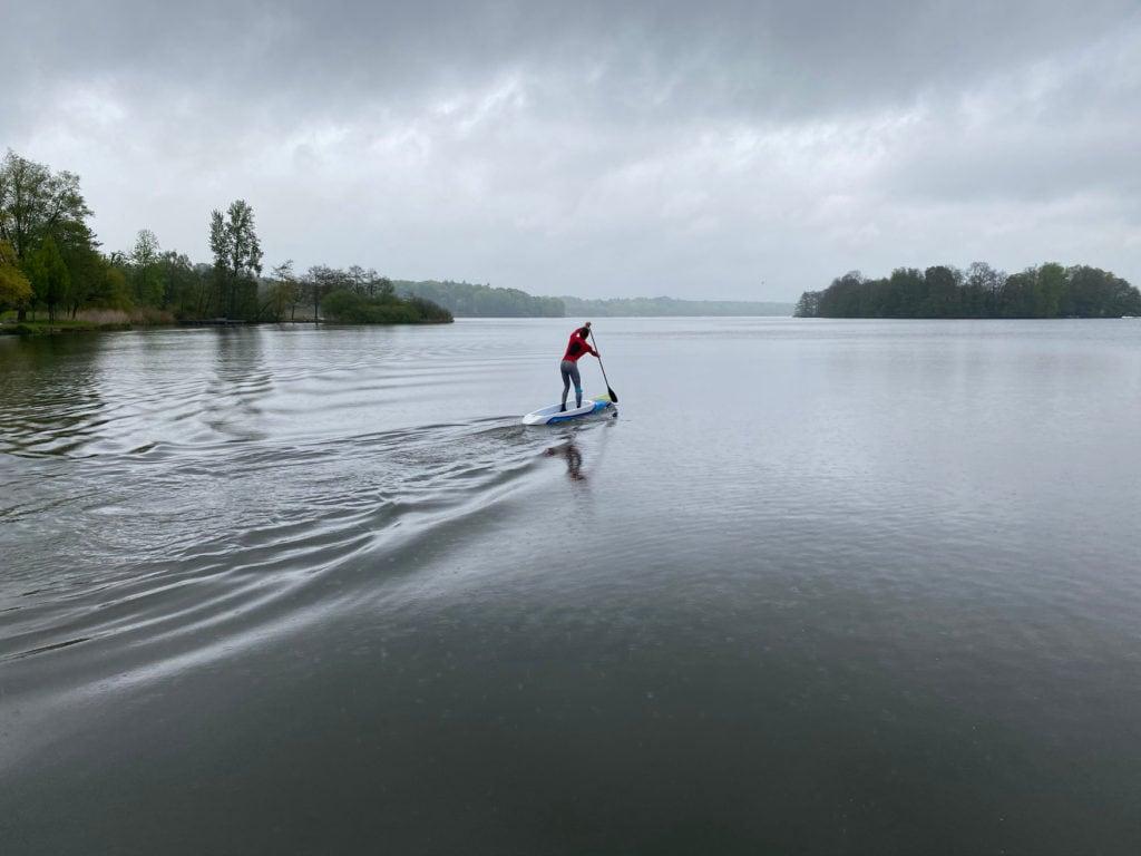 Stand-Up-Paddler auf dem Eutiner See, einem unserer Ostsee Geheimtipps