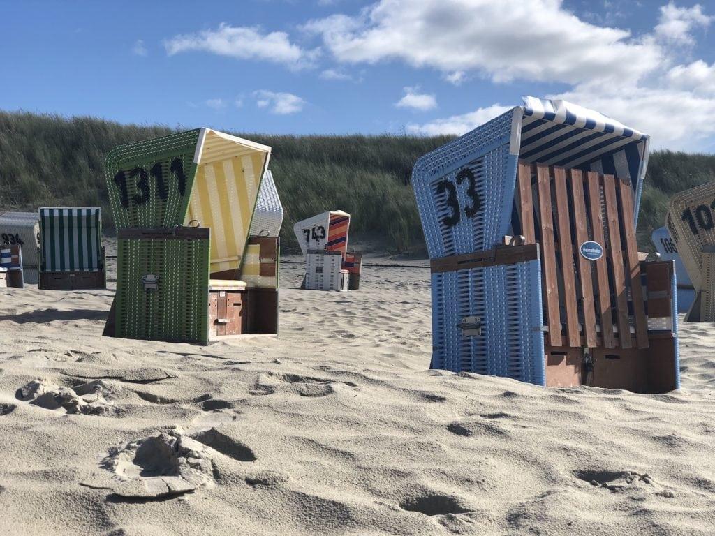 Bunte Strandkörbe am Strand in Ostfriesland
