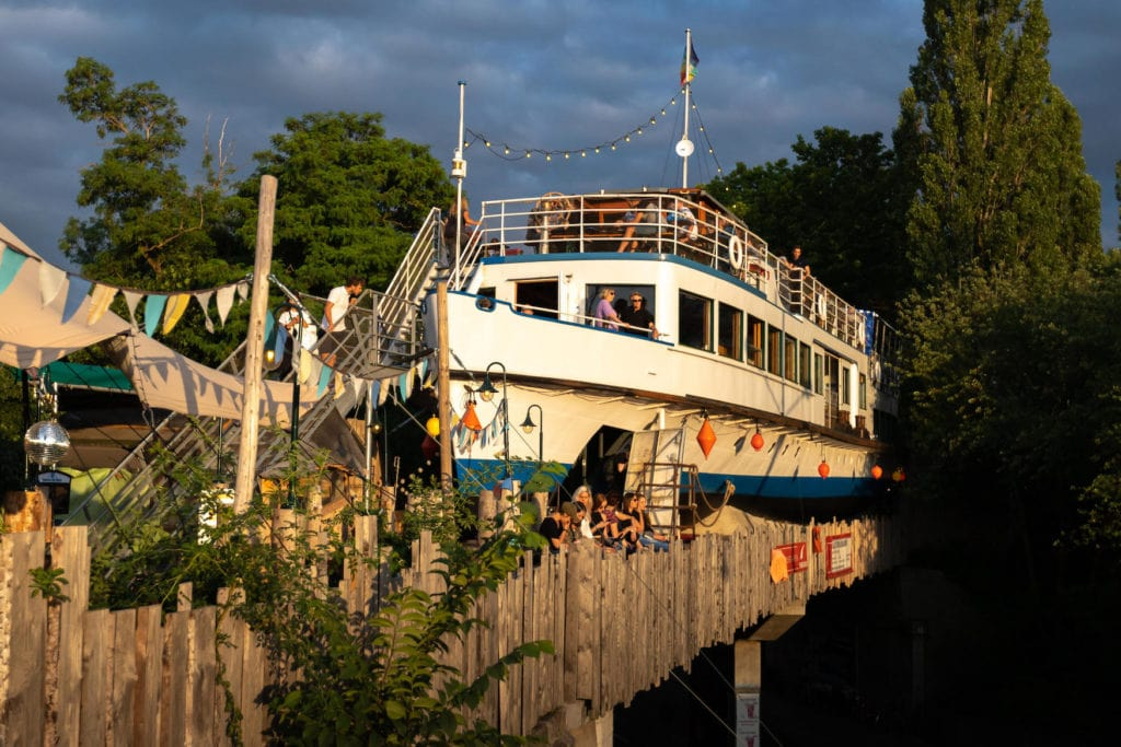 Restaurant der Alten Utting in München, ein altes Frachtschiff