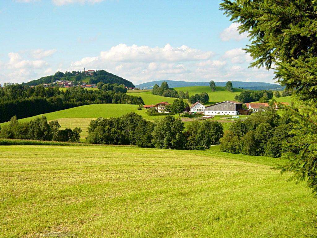 Blick auf einen Ferienbauernhof in Bayern