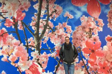 Christoph Karrasch vor einem Kirschblüten-Mural in Little Tokyo, Düsseldorf