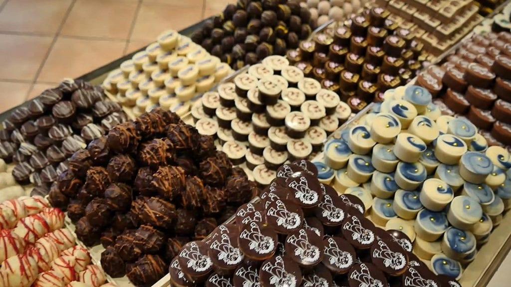 Viele verschiedene Pralinen aus dunkler und weißer Schokolade in Auslage