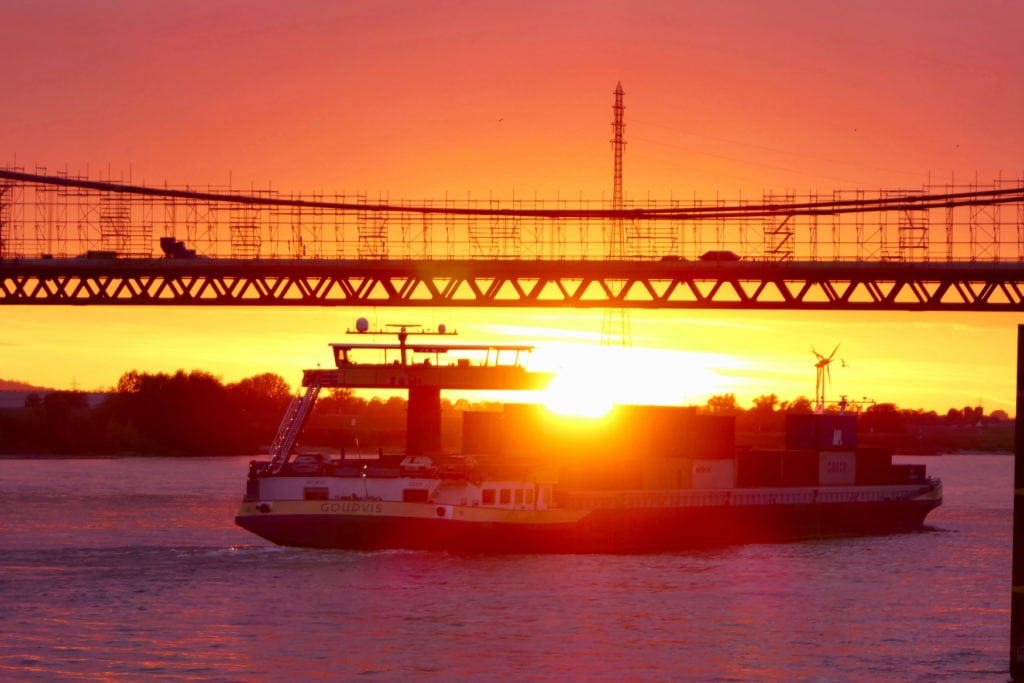 Brücke im deutschen Ort San Francisco bei Sonnenuntergang
