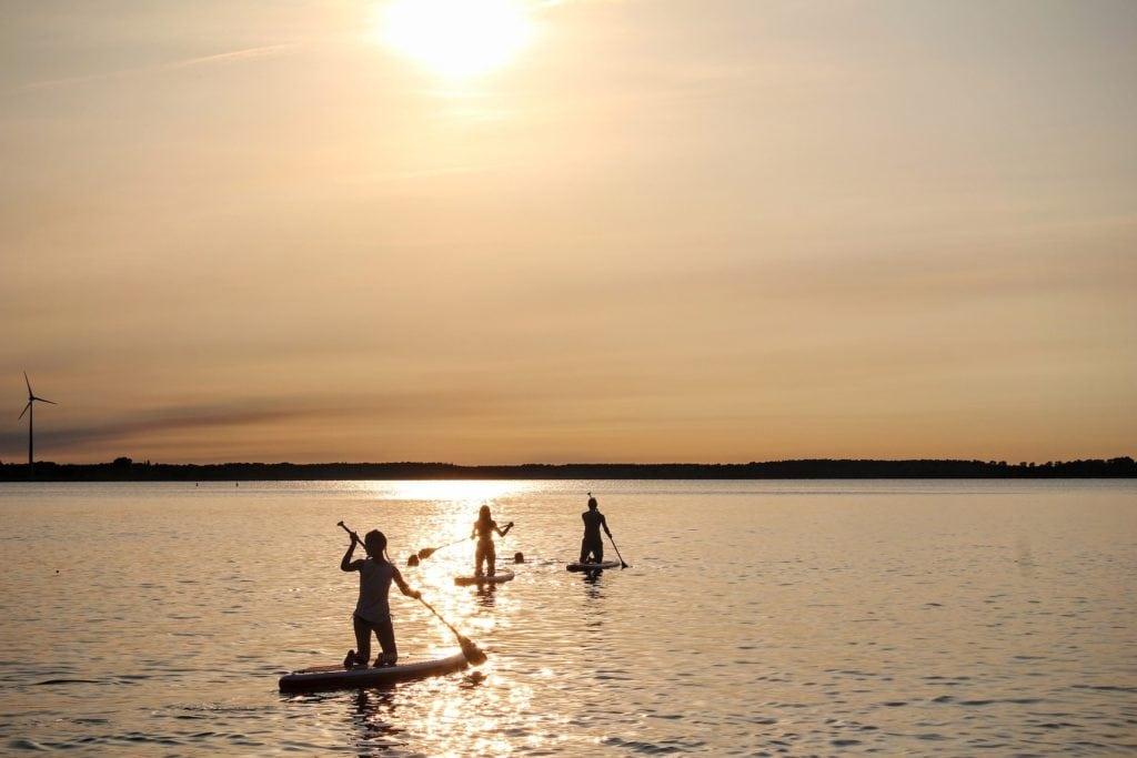 Stand-Up-Paddler auf einem deutschen See bei Sonnenuntergang