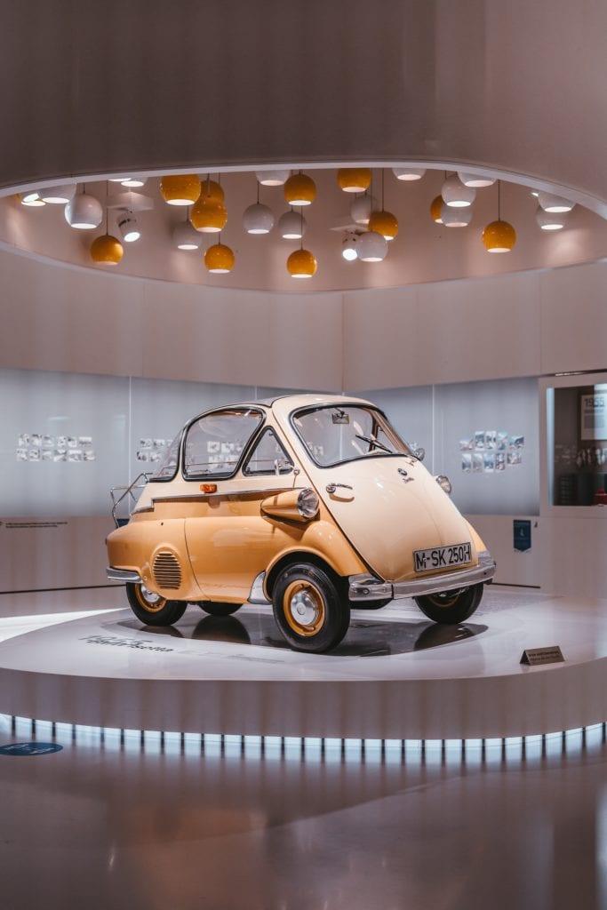 Gelber Oldtimer ausgestellt im BMW Museum in München