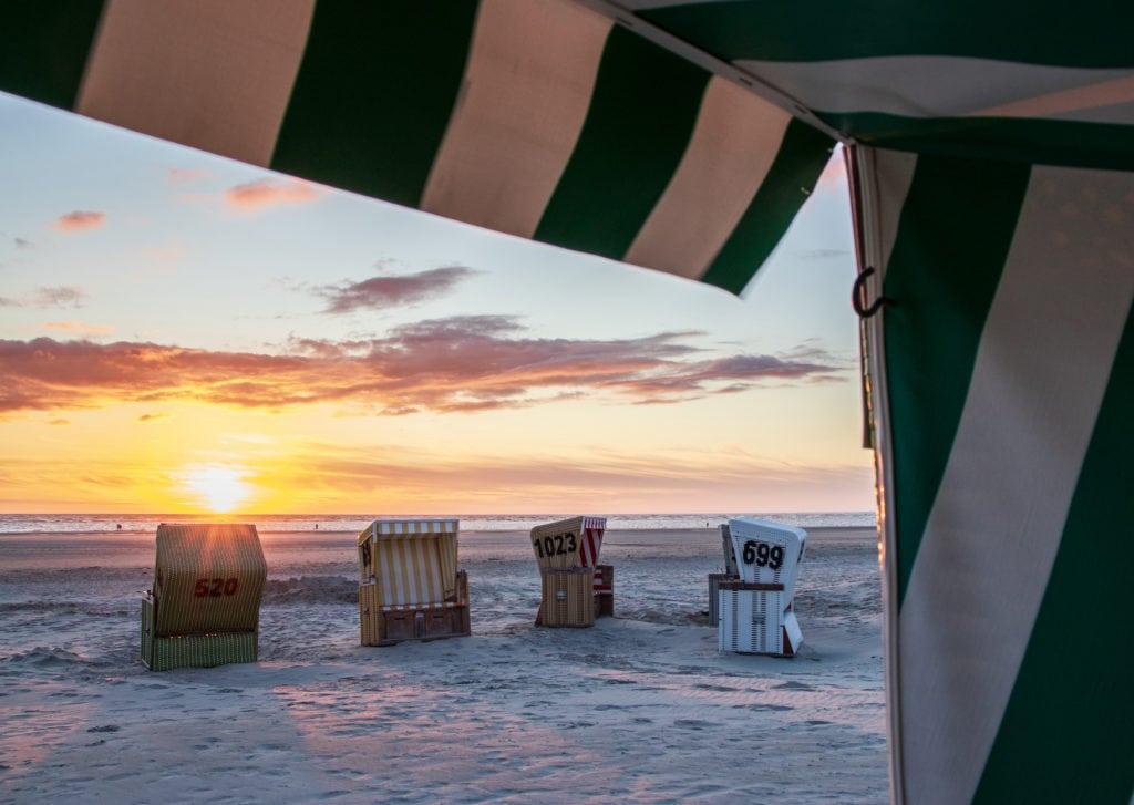 Strandkörbe auf Langeoog bei gutem Wetter in den Sommerferien