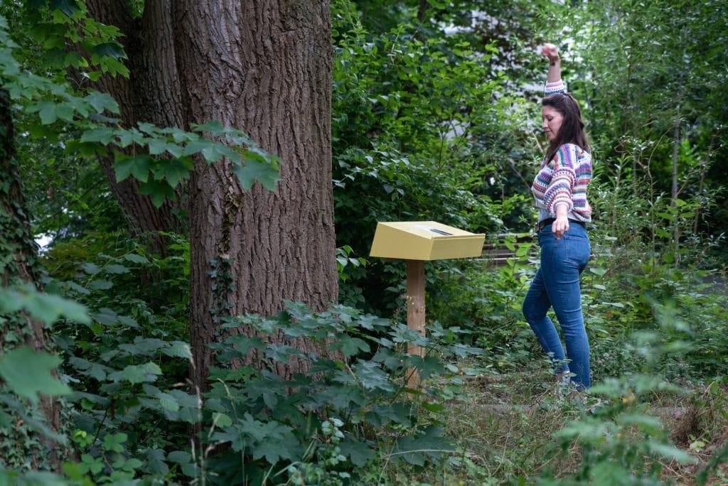 Frau spaziert durch Open-Air-Bereich eines Museums in Deutschland