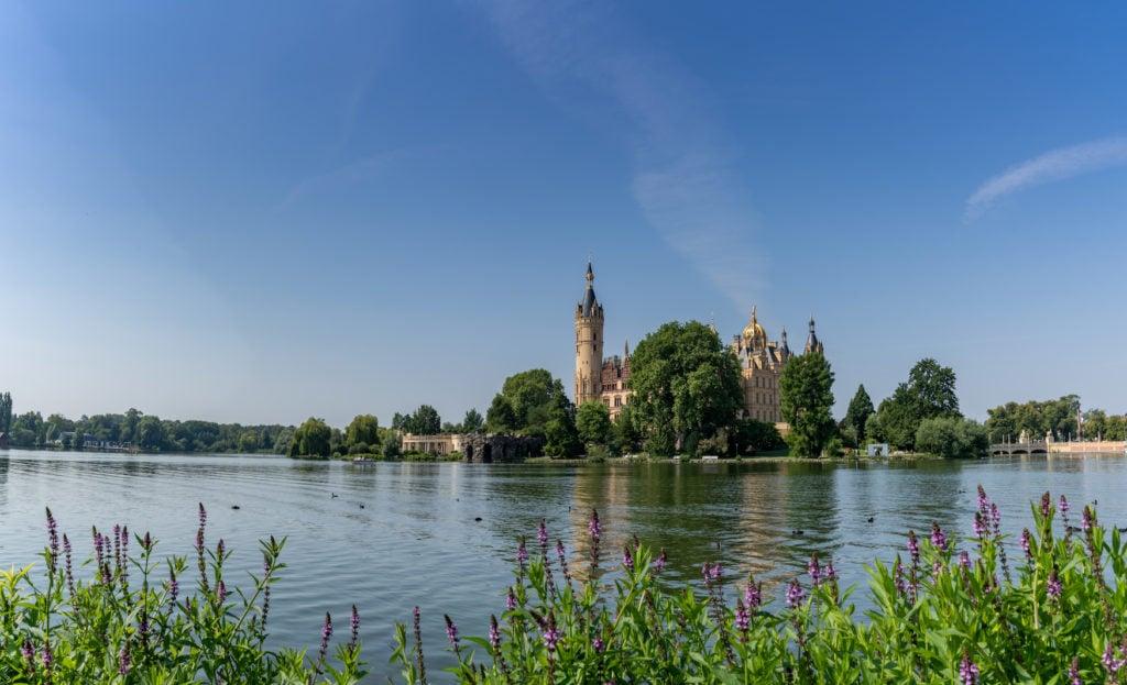 Schweriner See mit Blick auf das Schloss Schwerin in Mecklenburg-Vorpommern