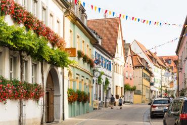 Geschmückte Straßen in Volkach, Fränkisches Weinland