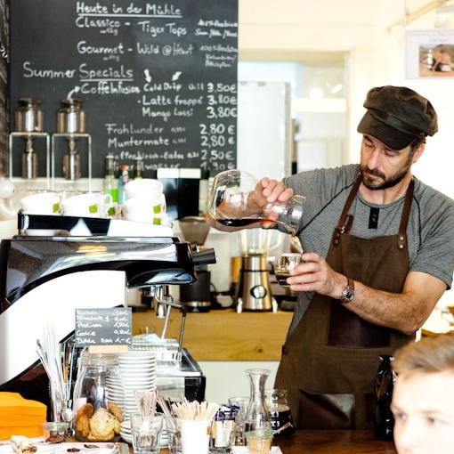 Barista zaubert Kaffee im Elephant Beans in freiburg