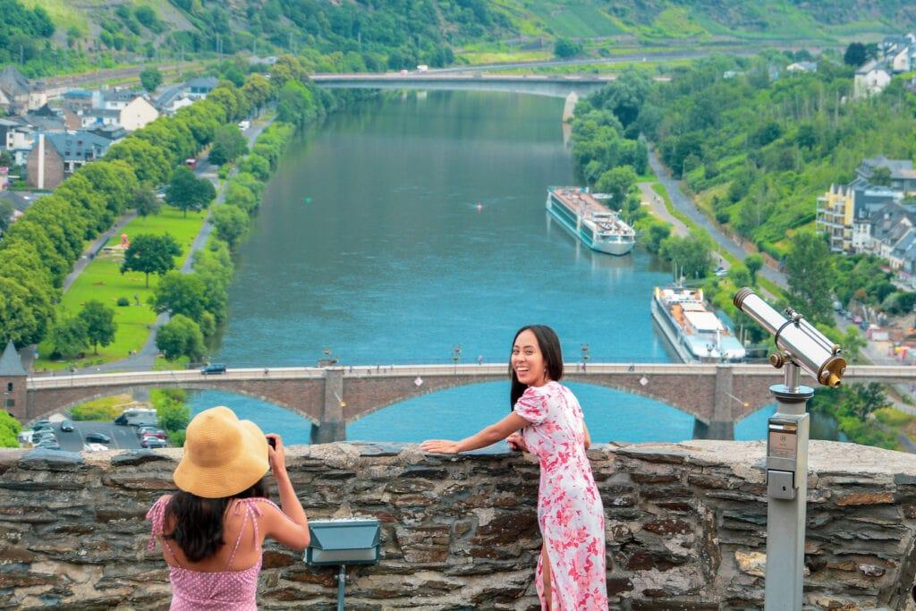Zwei junge Asiatinnen schießen Fotos auf der Reichsburg an der Mosel