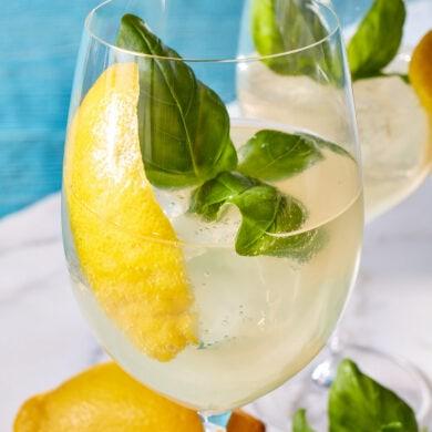 Lymoon Spritz mit Zitronenlikör, Basilikum und Prosecco