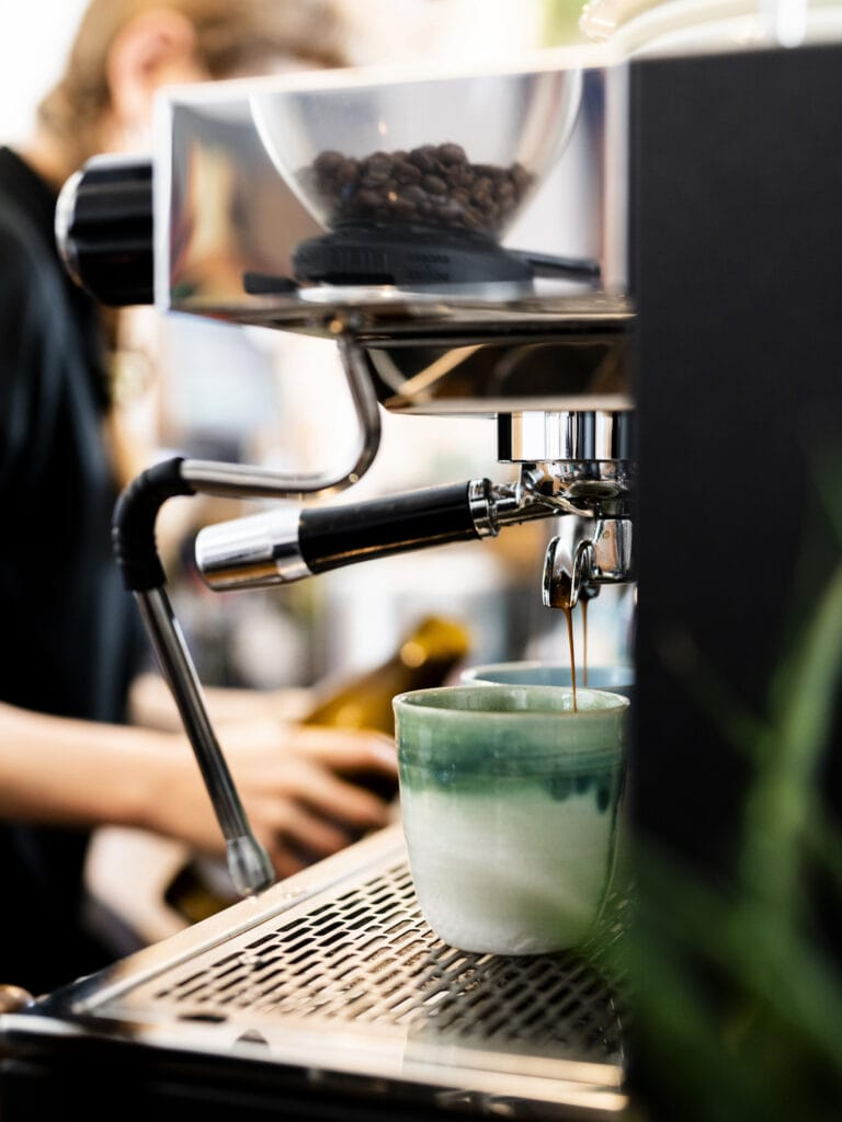 Barista macht Kaffee in einem Café in Süddeutschland