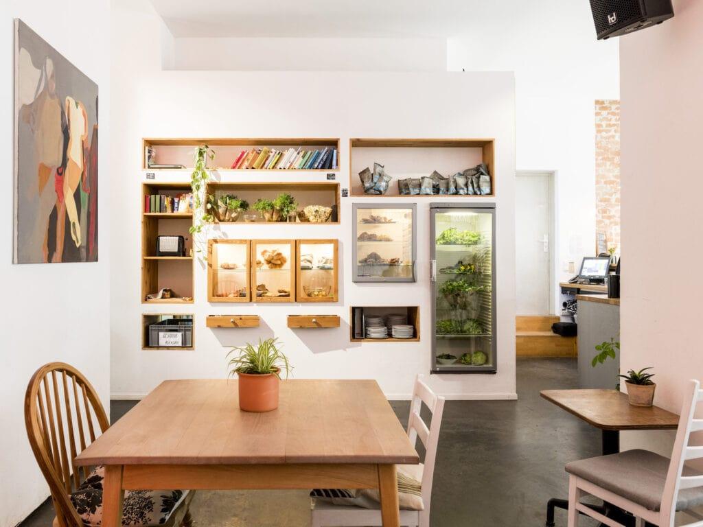 Vitrine im Foodsharing-Café Raupe Immersatt in Stuttgart
