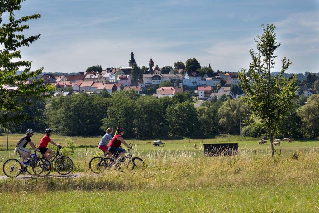 Fahrradfahrer auf dem Vulkanradweg durch Hessen