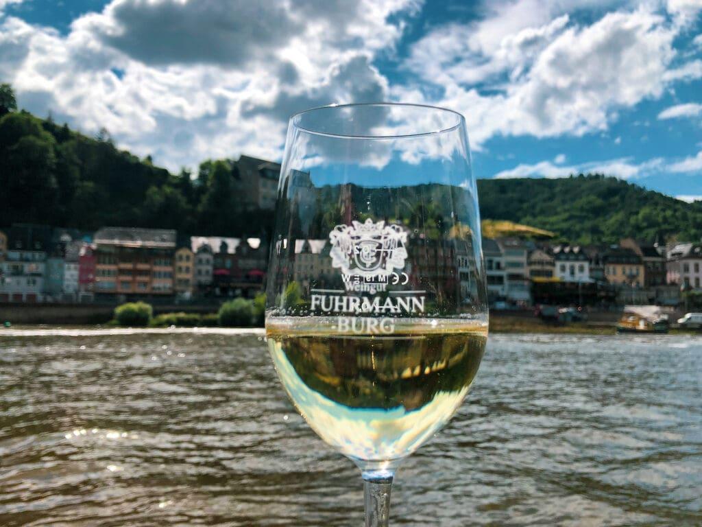 Weinverkostung in Cochem am Moselufer