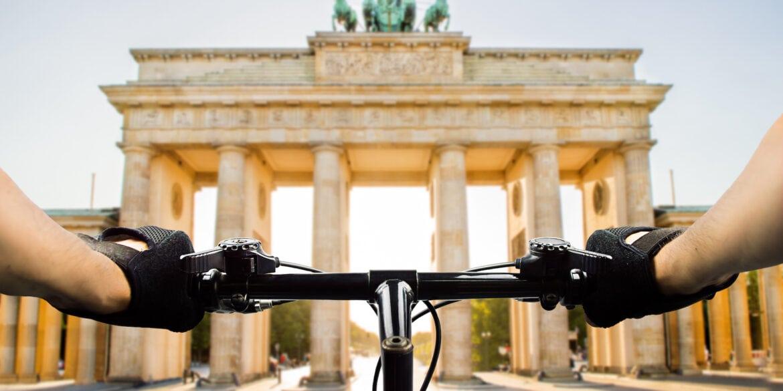 Fahrradlenker vor Brandenburger Tor in Berlin