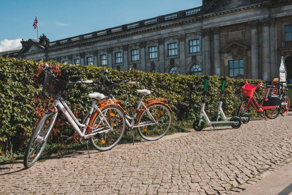 Fahrräder und E-Bikes stehen an Hecke in Berlin