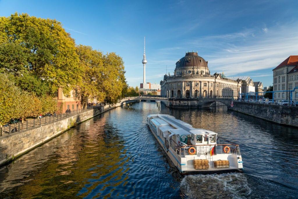 Bootstour über die Spree in der deutschen Hauptstadt an der Museumsinsel vorbei