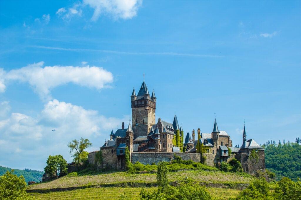 Burg Cochem an sonnigem Tag