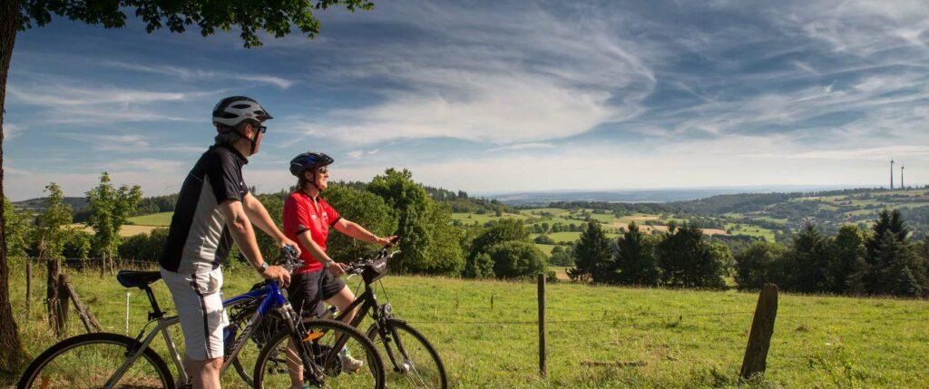 Radfahrer blicken auf Landschaften des Schwalm-Radweges