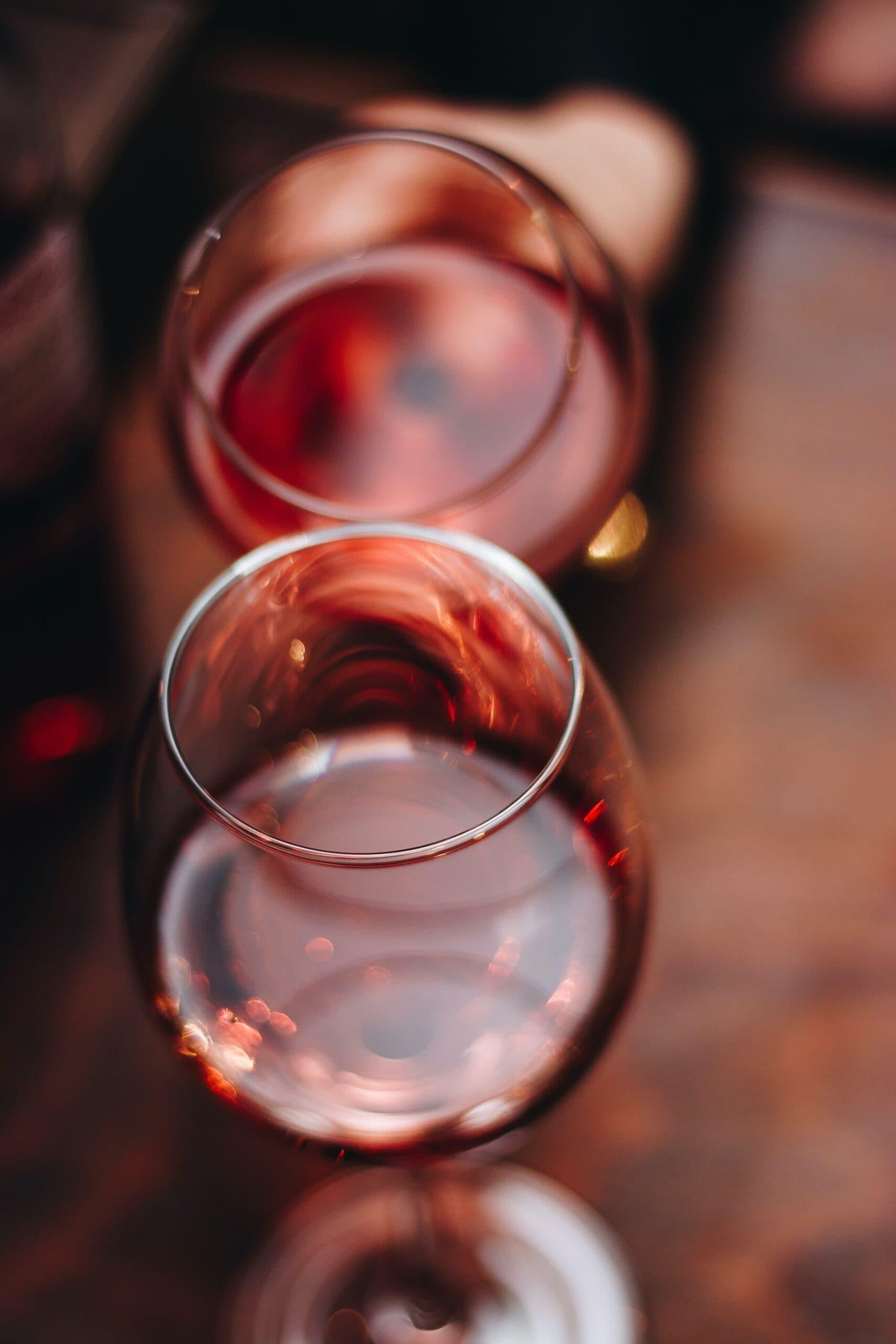 Zwei Rotweingläser in der Nahaufnahme