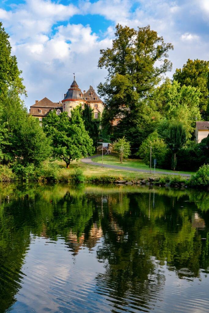 See in der Vulkanregion Vogelsberg in Hessen mit Schloss Laubach im Hintergrund