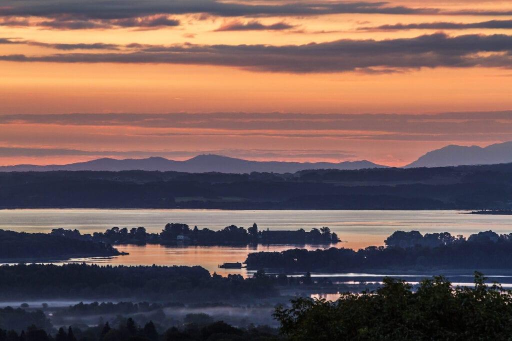 Sonnenuntergang mit Blick auf die Inseln im Chiemsee
