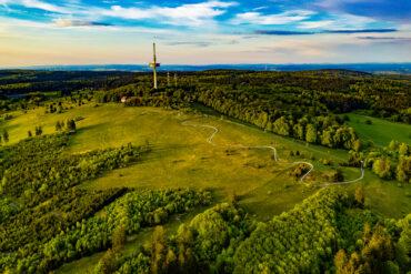 Drohnenaufnahme des Vogelbergs in Hessen