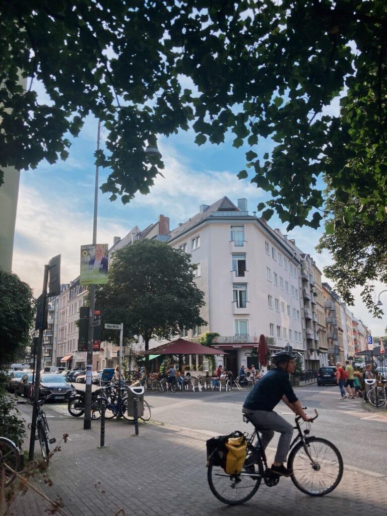 Mann fährt Fahrrad am Filos Restaurant vorbei