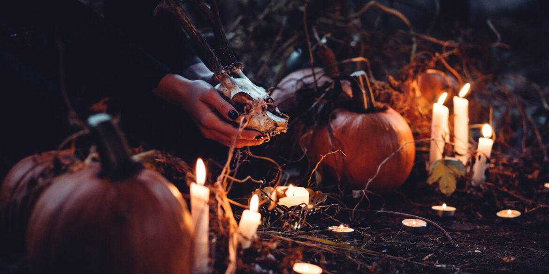 Frau legt Kerzen in gruseliger Umgebung ab